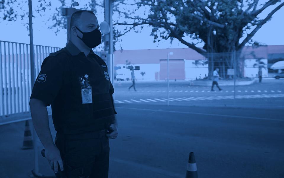 Segurança Patrimonial- imagem de um segurança em frente a uma portaria.