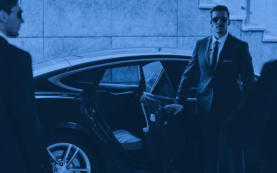 Segurança Pessoal - imagem de um vigilante abrindo a porta de um carro.